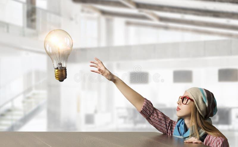 Download студент девушки милый Мультимедиа Стоковое Изображение - изображение насчитывающей деревянно, creativity: 81808991
