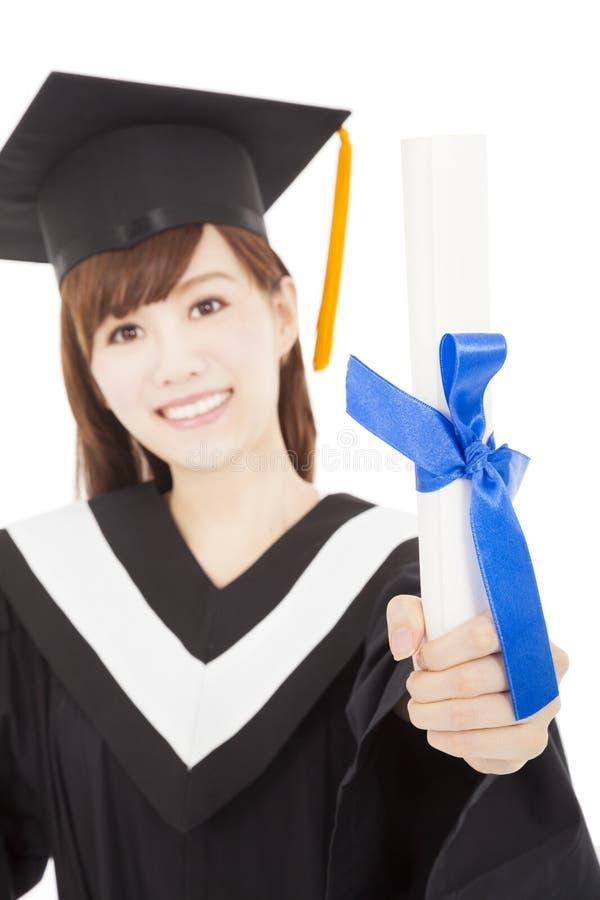Студент девушки молодого студент-выпускника держа и показывая диплом стоковое изображение rf