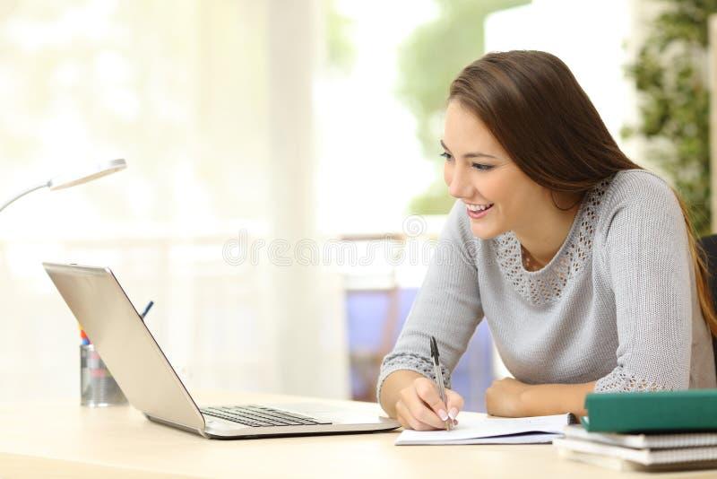 Студент изучая с компьтер-книжкой и примечаниями стоковая фотография rf