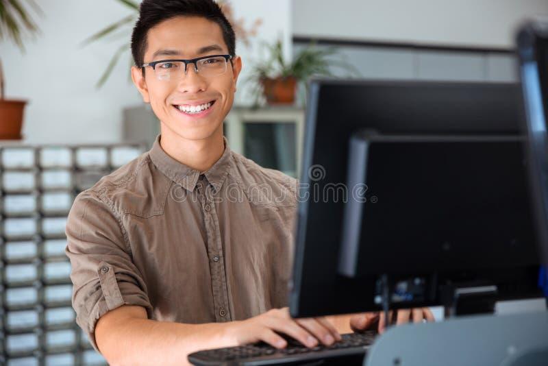 Студент используя персональный компьютер в университете стоковые изображения