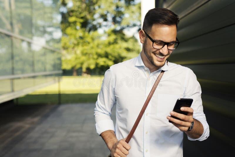 Студент используя умный телефон стоковая фотография rf