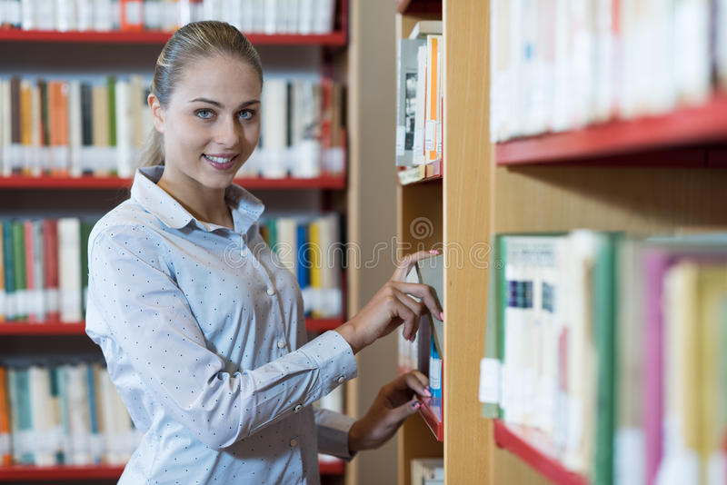 Студент ища книги стоковая фотография rf
