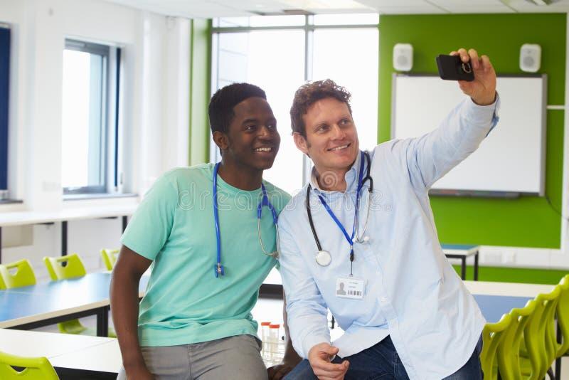 Студент и гувернер изучая медицину принимая Selfie стоковая фотография