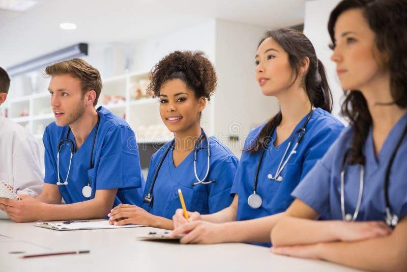 Студент-медик усмехаясь на камере во время класса стоковые фотографии rf