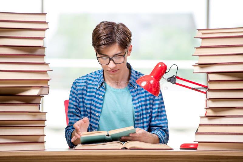 Студент молодого человека подготавливая для экзаменов коллежа стоковое изображение rf