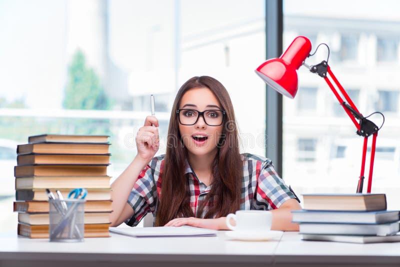 Студент молодой женщины подготавливая для экзаменов коллежа стоковое фото rf