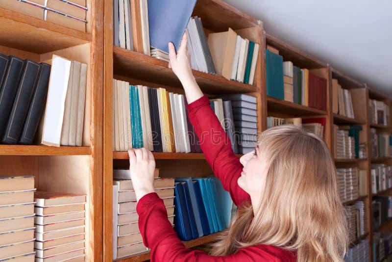 Студент принимает книгу стоковые изображения rf
