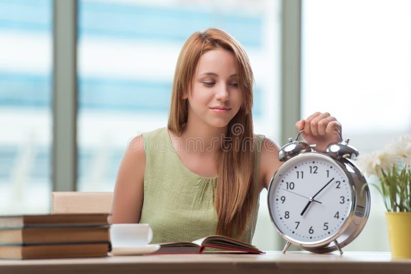 Студент при будильник gian подготавливая для экзаменов стоковые изображения rf