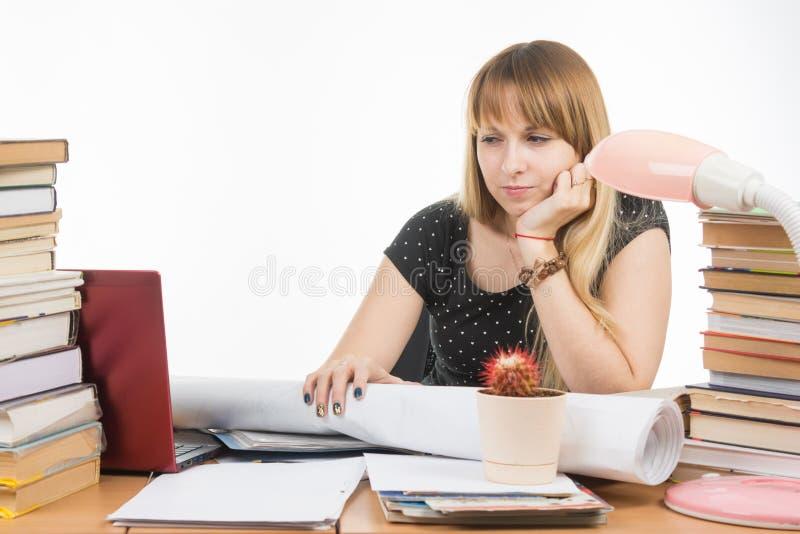 Студент при презрительность и усталость смотря монитор компьтер-книжки стоковые фото
