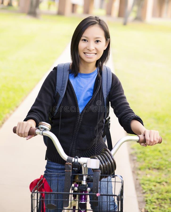 Студент с велосипедом стоковое изображение rf
