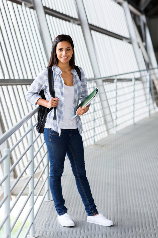 Студент университета внутри помещения стоковые фото