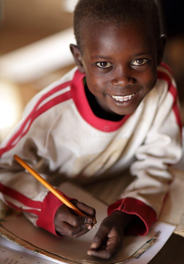 Студент Maasai присутствуя на начальной школе общины в удаленной деревне Maasai, Кении стоковые фото
