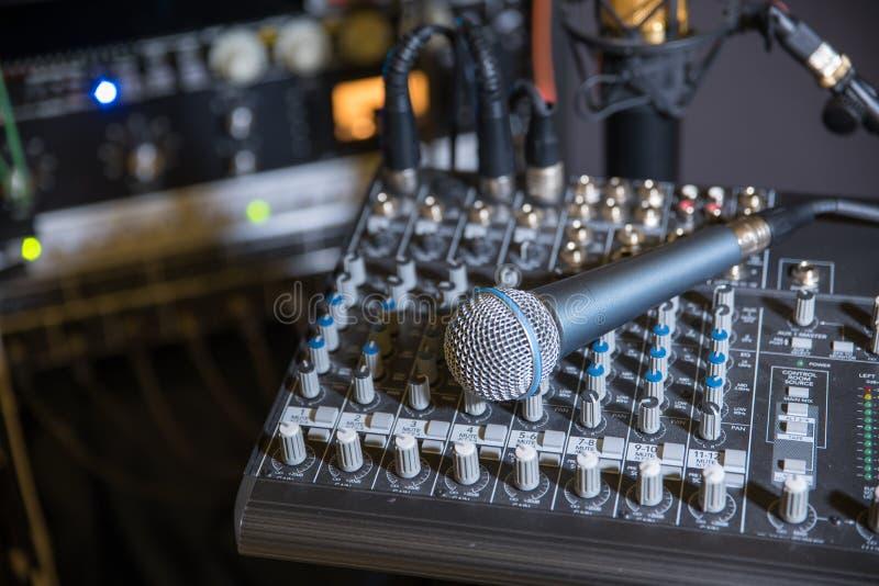 Студия звукозаписи музыки с микрофоном стоковые фотографии rf