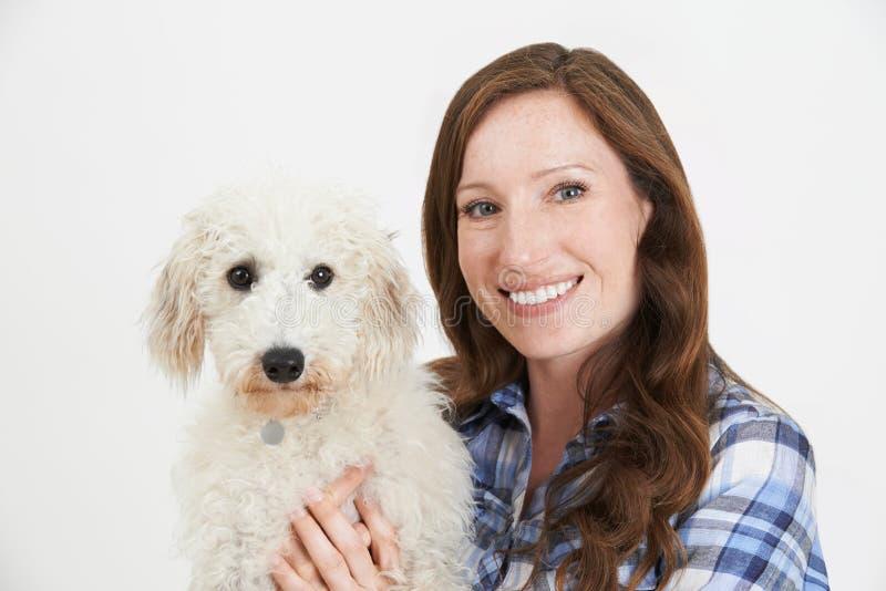 Студия снятая женщины с собакой Lurcher любимчика стоковая фотография