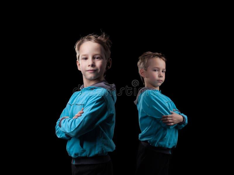 Студия снятая серьезных маленьких брат-близнецов стоковое изображение rf
