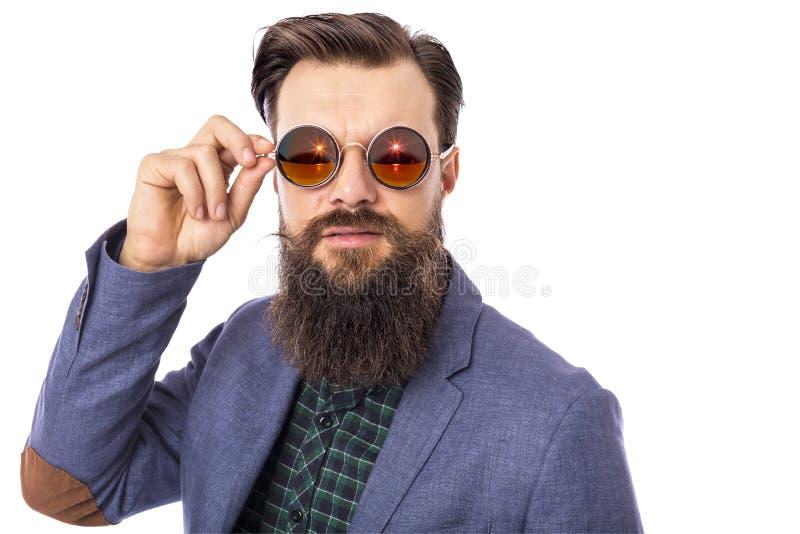 Студия сняла красивого стильного человека с бородой и усиком мы стоковые изображения