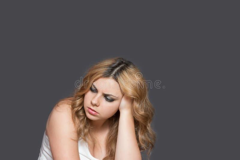 Студия сняла серьезного привлекательного длинного с волосами девочка-подростка стоковая фотография