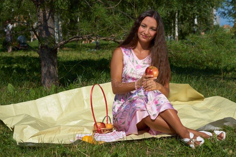 студия съемки девушки брюнет 6 яблок стоковое фото rf