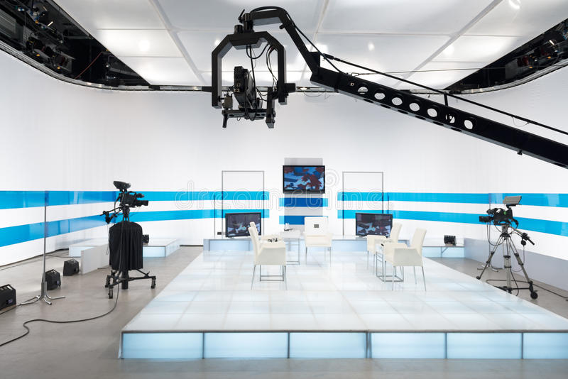 Студия телевидения с камерой и светами кливера стоковое изображение