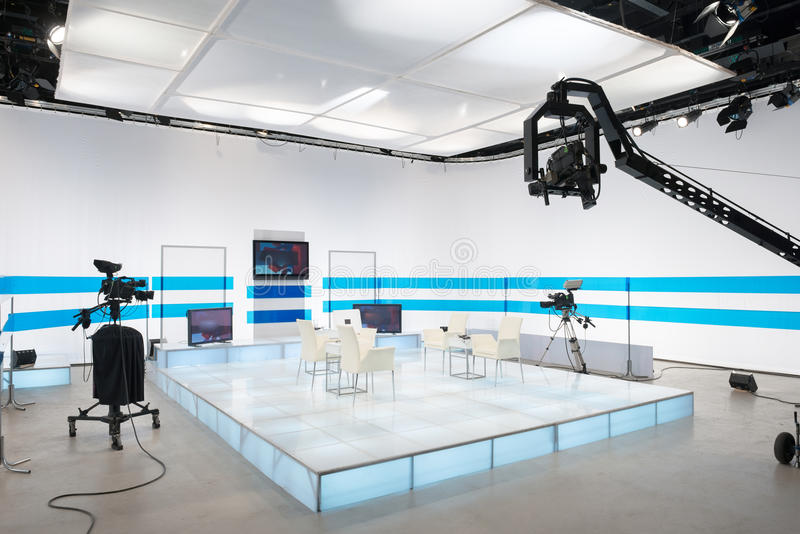 Студия телевидения с камерой и светами кливера стоковые изображения