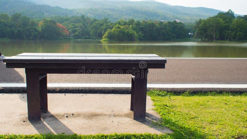 Стул и озеро стоковое изображение rf