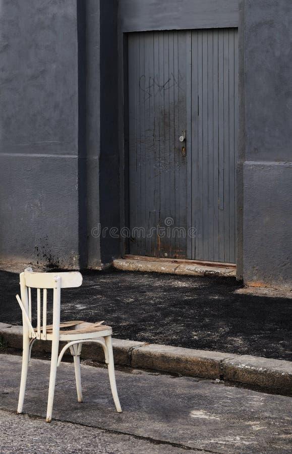 Стул на улице стоковое фото rf