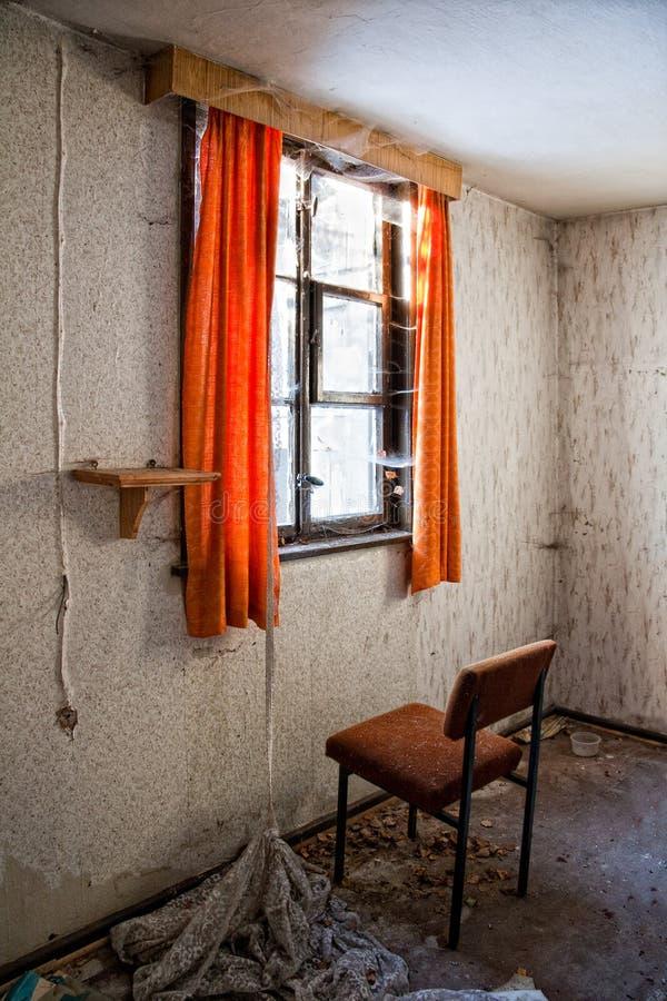 Стул перед окном стоковое фото rf