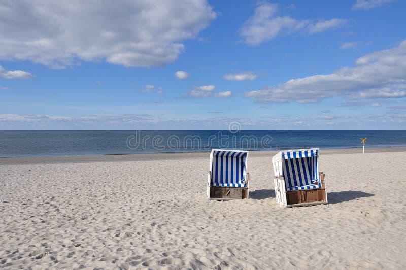 стул пляжа обнаружил местонахождение взморье курорта стоковые изображения