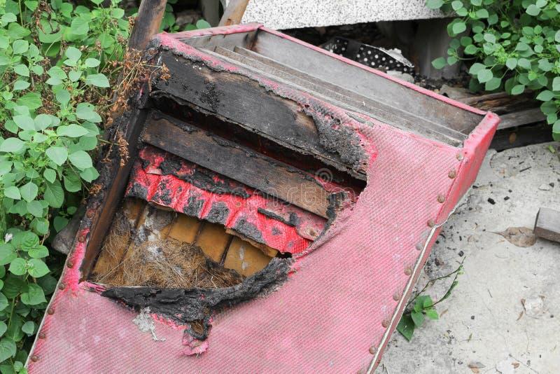 Стул сгорелся абстрактная деталь отображает пожарище стоковые изображения rf
