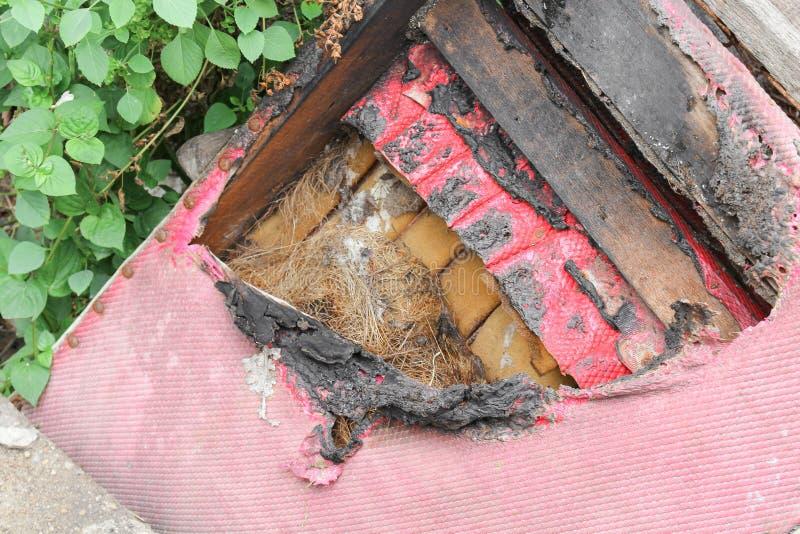 Стул сгорелся абстрактная деталь отображает пожарище стоковое изображение