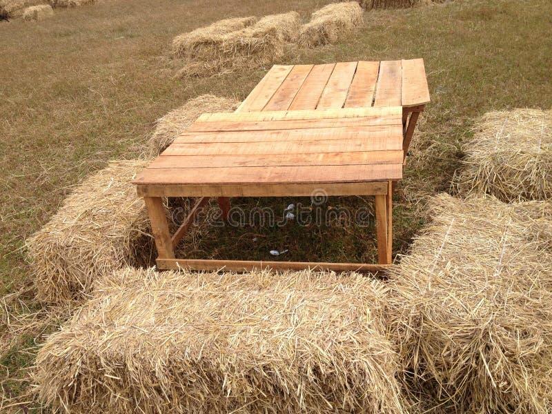 Стул сена в обрабатываемой земле стоковое фото