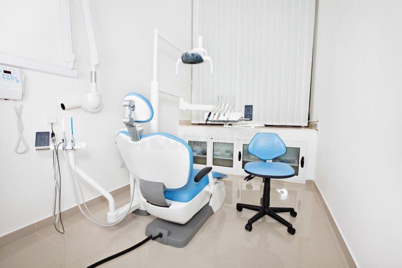 Стул современного дантиста в зубоврачебном офисе стоковое фото rf