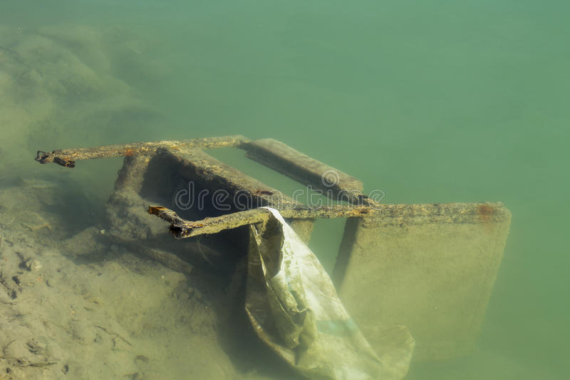 Стул сумки в озере стоковые фотографии rf