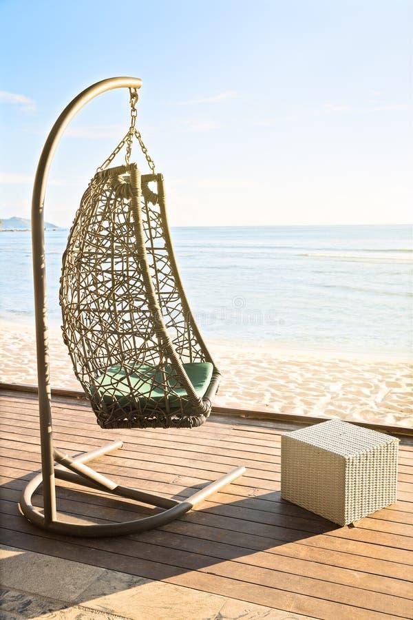 Download Стул уютной смертной казни через повешение отдыхая на украшать морским путем сторона на солнце вечера Стоковое Изображение - изображение насчитывающей взгляд, счастливо: 81811437