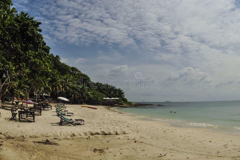 Стулы на пляже стоковое изображение