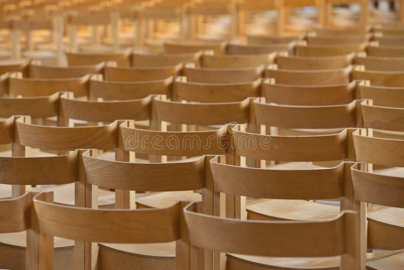 стулы опорожняют рядки стоковое изображение rf