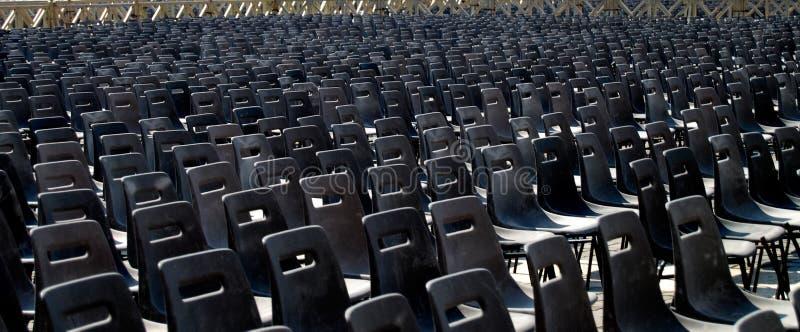 стулы опорожняют рядки стоковая фотография rf
