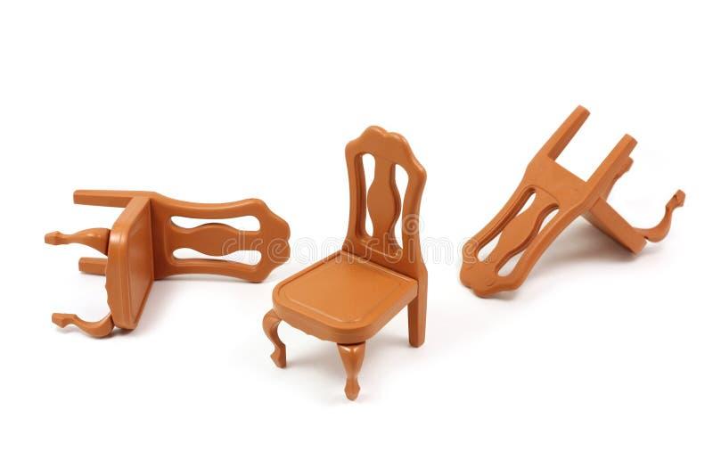 Стулья игрушки пластичные в коричневом цвете стоковые фотографии rf