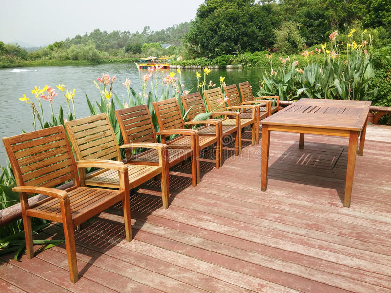Стулья и стол около озера стоковое фото