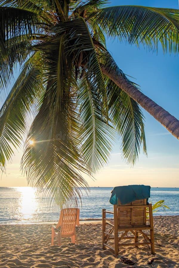 Стулья на тайском пляже в Koh Chang, Таиланде стоковые изображения