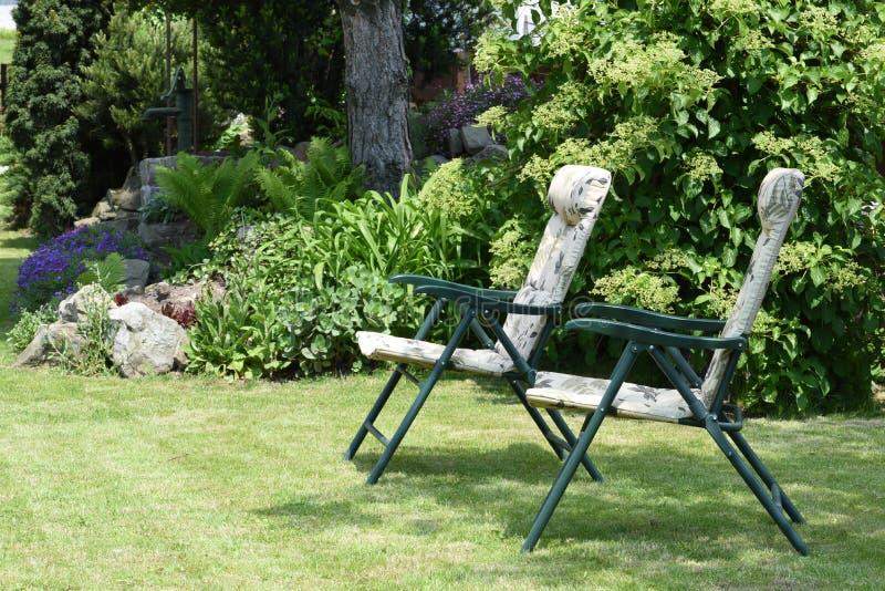 Стулья сада в саде стоковые фотографии rf