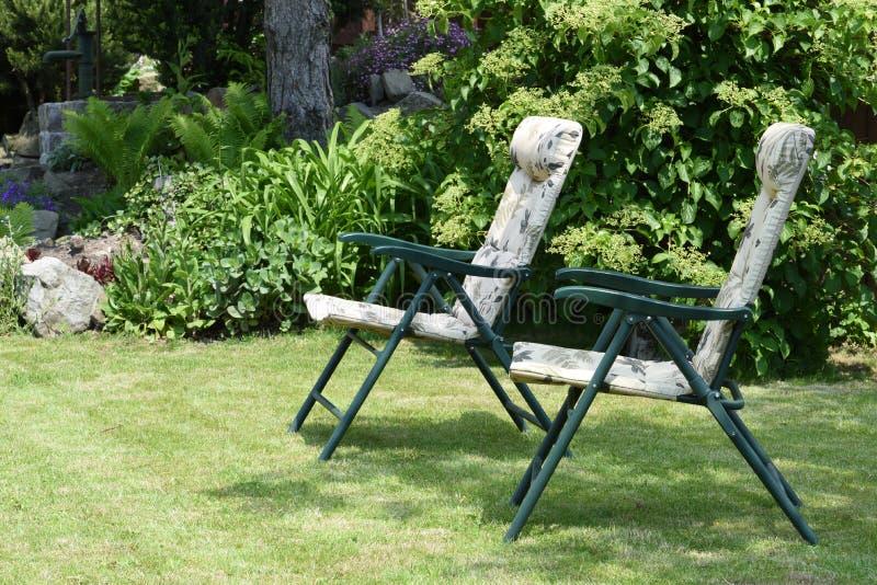 Стулья сада в саде стоковое фото rf
