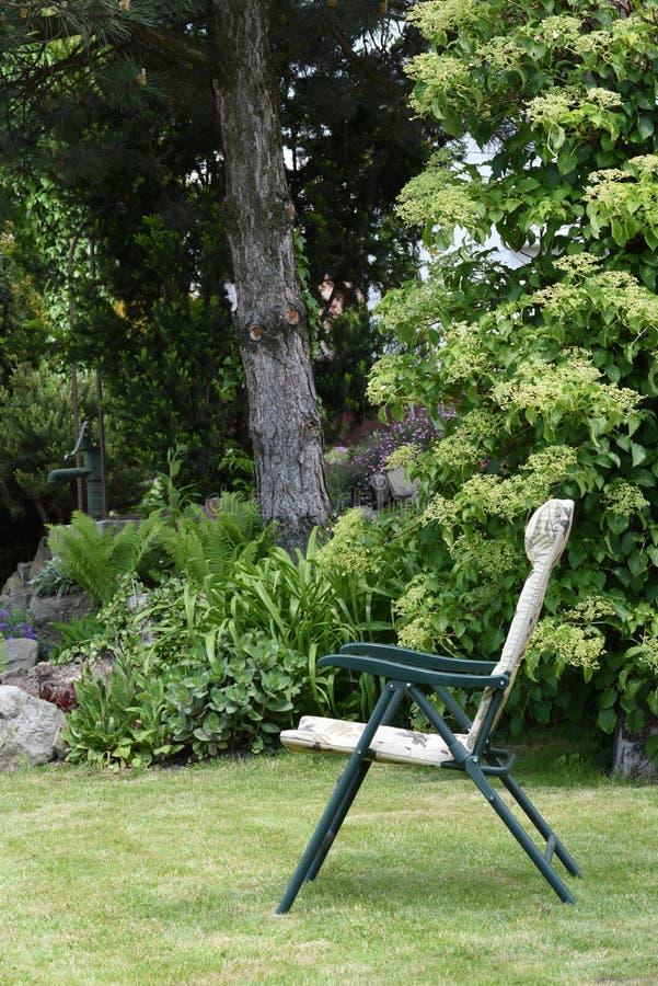 Стулья сада в саде стоковые изображения