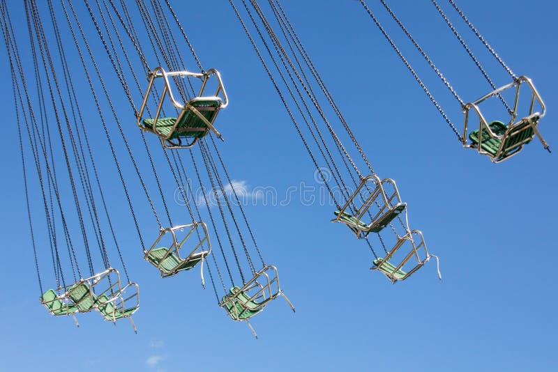Стулья с цепями классического carousel стоковые фотографии rf