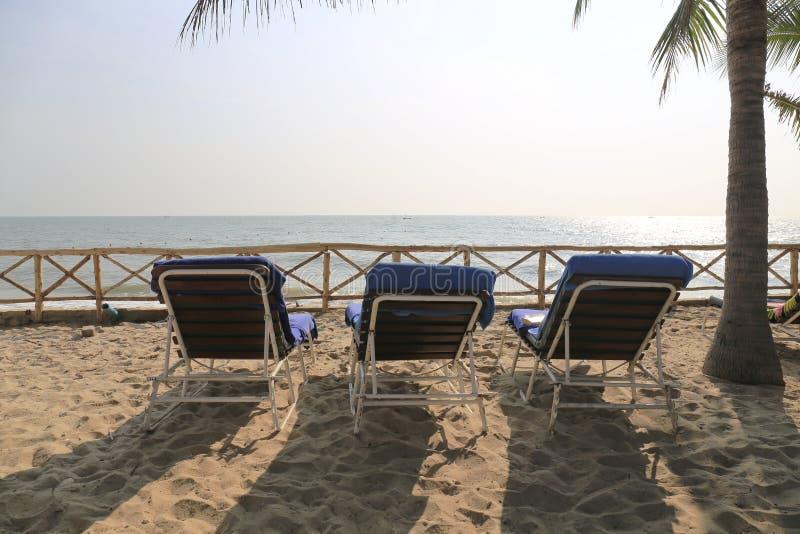Download 3 стуль берегом пляжа. стоковое фото. изображение насчитывающей ландшафт - 37928152