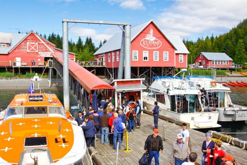 Стыковка пассажира пункта пролива Аляски многодельная ледистая стоковые изображения rf