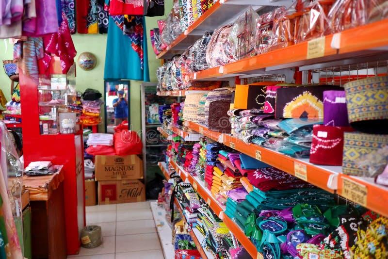 Сувенирный магазин в Banjarmasin, с разнообразие продуктами местной кухни стоковые фотографии rf