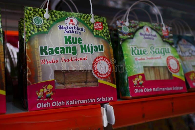 Сувенирный магазин в Banjarmasin, с разнообразие продуктами местной кухни стоковое фото rf