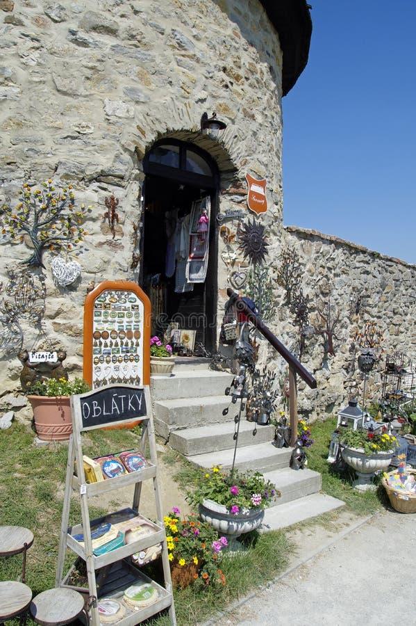 Сувенирный магазин около строба к замку Cerveny Kamen стоковые изображения rf