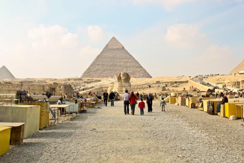 Download Сувенир глохнет около сфинкса и пирамид в Гизе. Редакционное Стоковое Изображение - изображение насчитывающей пустыня, зодчества: 37926069